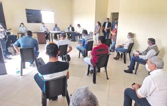 ??  ?? Productores se reunieron la semana pasada con autoridades del MAG y con la unidad anticontrabando para exponer sus inquietudes y anuncian medidas para esta semana.