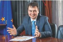 ??  ?? СЫРЬЕ ДЛЯ ФИСКАЛОВ: Даниил Гетманцев, глава налогового комитета Верховной Рады, объясняет необходимость повышения налогов слишком высокими ценами на сырьевые товары