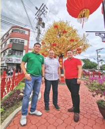 ??  ?? BOYSEN Philippine­s assistant area manager John Paul Alteza, are manager Samuel Ang and Mix and Match Davao's Rowel Rodriguez officer-in-charge