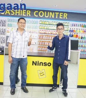 Hong Kanan Dan Pengurus Besar Ninso Sabah Kevin Chin Merakamkan Rgambar Kenangan Di Kedai Caan Baharu Mereka Selepas Sidang Media Itu