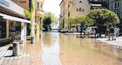 ?? FOTO: RENATE LINDNER ?? Auch an der Kalkhütte stand Wasser da, wo normalerweise Menschen laufen oder Autos fahren.