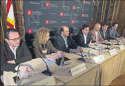 ?? XAVIER GÓMEZ ?? El teniente de alcalde Pisarello y representantes de empresas del sector tecnológico firmaron el acuerdo