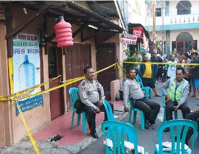 ??  ?? AGENTES POLICIALES montan guardia frente a la residencia de Sefa Riano, quien fuera arrestado después de que anunciara en Facebook sus planes de ponerle una bomba a la embajada de Mianmar en Indonesia.