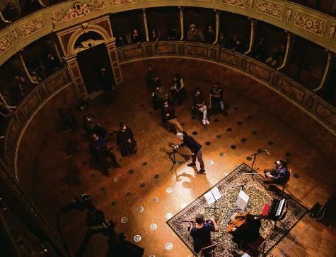 ?? Foto: Keystone ?? «Es sollen sich alle wehren, auch Kulturschaffende»: Konzert vor maximal 30 Zuhörenden in Bellinzona, 20. November 2020.