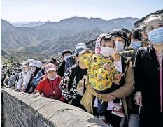 ??  ?? Abstand halten? Das ist beim Feiertagsausflug auf der Chinesischen Mauer nicht mehr nötig, finden Behörden wie Bevölkerung. Die Infektionszahlen liegen im zweistelligen Bereich.