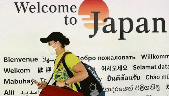 ?? Foto: Reuters ?? V místě her začíná účastníkům složitý proces už na mezinárodním letišti Narita v Tokiu. Na snímku tenisová světová jednička Ashleigh Bartyová.
