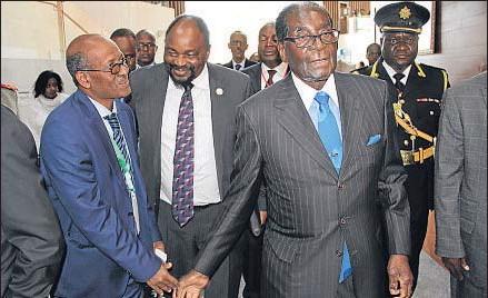 ?? AP ?? El presidente de Zimbabue, Robert Mugabe (derecha), a su llegada a la cumbre de la UA