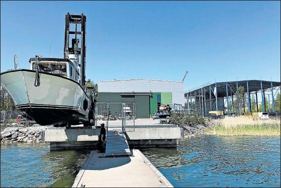 ?? FOTO: KIM ÖHMAN ?? UTVECKLAR. En ny båthall i fiskehamnen blir färdig i september.
