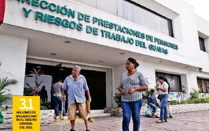 ?? ARCHIVO ?? ► Un jubilado en los exteriores de la Subdirección de Pensiones del Instituto Ecuatoriano de Seguridad Social, en Guayaquil.