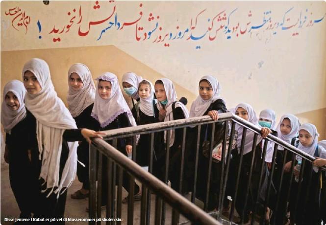 ??  ?? Disse jentene i Kabul er på vei til klasserommet på skolen sin.