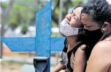 ?? Reuters ?? Alle 40 Sekunden starb im März eine Person in Brasilien an Covid-19. Die Pandemie wirft das Land aber auch wirtschaftlich stark zurück.