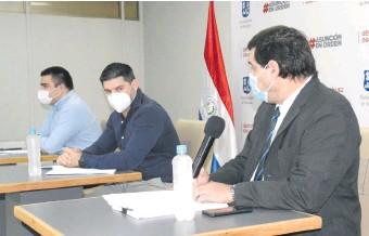 ??  ?? En conferencia de prensa, el intendente Óscar Rodríguez (centro), junto a sus dos directores.