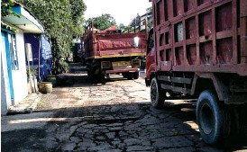 ?? CHUSNUL CAHYADI/JAWA POS ?? RETAK: Kondisi beton Jalan Harun Thohir yang hancur. Biaya perbaikannya belum jelas.