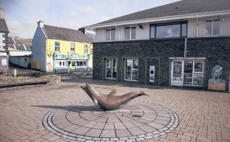??  ?? A sculpture of Fungie the dolphin in Dingle, Ireland.