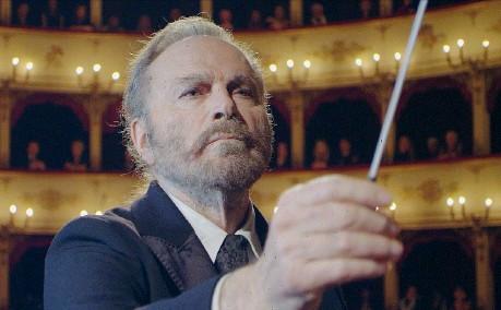 ??  ?? Direttore Franco Nero, 79 anni, nato a Parma, in una scena di «Havana Kyrie»: interpreta un vecchio direttore d'orchestra che resta senza lavoro