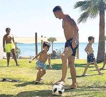 ??  ?? Der Deutsche Mesut Özil ( o.) vertrieb sich auch im Urlaub die Zeit mit Fußball.