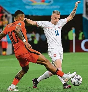 ?? FOTO ČTK ?? Ševčík v souboji s Memphisem Depayem, který se stejně jako další Nizozemci proti Česku neprosadil