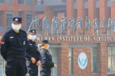 ?? Фото Reuters ?? В США считают, что тайна возникновения коро навируса скрыта за стенами Института вирусо логии в Ухане.