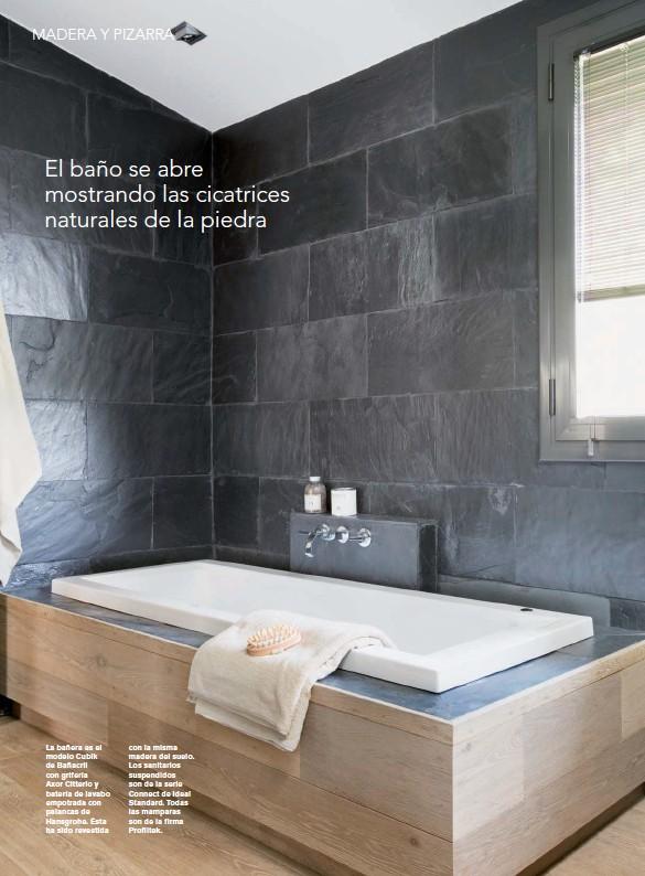 ??  ?? La bañera es el modelo Cubik de Bañacril con grifería Axor Citterio y batería de lavabo empotrada con palancas de Hansgrohe. Ésta ha sido revestida con la misma madera del suelo. Los sanitarios suspendidos son de la serie Connect de Ideal Standard. Todas las mamparas son de la firma Profiltek.