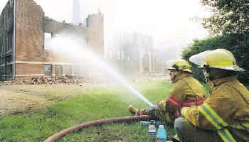 ?? Edmonton Journal/files ?? In July 2000, arsonists set fire to the former residential school north of St. Albert.