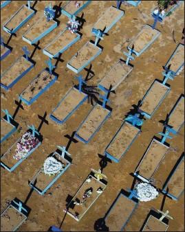 ?? AFP ?? Graves of Covid-19 victims at the Nossa Senhora Aparecida cemetery in Manaus, Brazil.