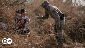 ??  ?? State security confronts a mother and child from Honduras on the US side of the border