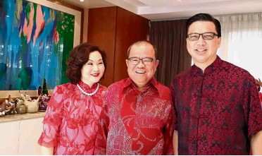 ??  ?? VIP guest: Francis and his wife Puan Sri Wong Kee Choo welcoming Transport Minister and MCA president Datuk Seri Liow Tiong Lai to his 2017 Chinese New Year open house.