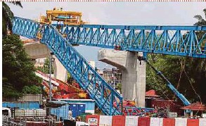 ?? PIC BY MOHD YUSNI ARIFFIN ?? A launching gantry collapsed at a Mass Rapid Transit construction site in Kuala Lumpur on Saturday.