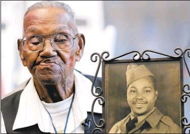 ??  ?? World War II veteran Lawrence Brooks, in 2019 in-person celebration at National World War II Museum in New Orleans, marked his 110th birthday and showed 1943 photo taken during his soldier days. Brooks, who served in a mostly Black Army unit, had to be content with drive-by celebrations this year and last because of COVID-19.
