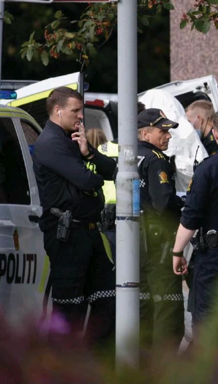 ??  ?? Kriminalteknikere i arbeid ved Nav på Danmarks plass. Rundt klokken 11.15 ble den pågrepne personen ført ut av Nav-bygget på Årstad. Personen var tildekket.