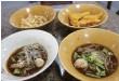 ??  ?? 黃色碗為牛肉船麵、白色碗為豬肉,一碗才12B