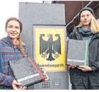??  ?? Die beiden Studentinnen Caro (r.) und Franzi vor dem Gericht.