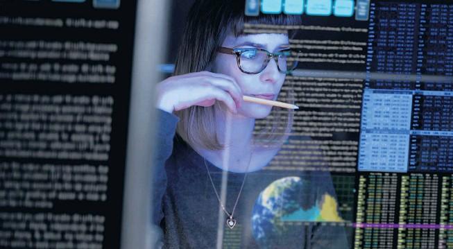 ??  ?? Frauen beißen sich immer noch die Zähne am hartnäckigen Stereotyp des männlichen IT-Nerds aus – und sind nach wie vor in der Informatik in der Minderheit.