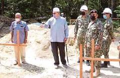 ??  ?? AHMAD (dua dari kiri) diiringi Zamsari (dua dari kanan) meninjau kerja pembinaan rumah Izwan, semalam.