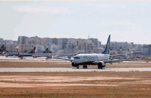 ?? (Pedro Nunes/Reuters) ?? A RYANAIR FLIGHT from Manchester arrives at Faro Airport in Portugal in May.