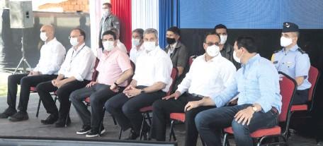??  ?? El presidente Mario Abdo Benítez habló ayer con los medios de prensa sobre las tres bajas del EPP, que se registraron el viernes último.