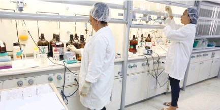 ?? (Emily Michot/Miami Herald/TNS) ?? PEPTIDE SCIENTISTS Cecilia Sagardoy and Yordanka Mascorrol work inside a chemical lab at the Center for Genetic Engineering and Biotechnology in Havana, Cuba in September.