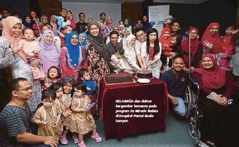 ??  ?? KELUARGA dan doktor bergambar bersama pada program Its Miracle Babies di Hospital Pantai Kuala Lumpur.