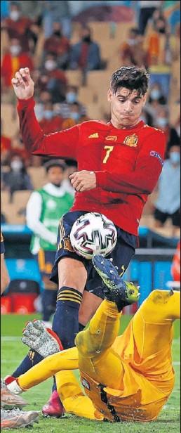 ??  ?? Szczesny hace una gran parada a Morata, que evitó el 2-1.