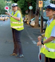??  ?? Una vigilessa in azione davanti ai varchi della Ztl estiva che il Comune vorrebbe rendere permanente