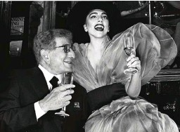 ??  ?? A sinistra, Tony Bennett con Lady Gaga: tra i protagonisti più attesi di Umbria Jazz 15 (Perugia, dal 10 al 19 luglio)
