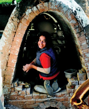 ?? SPECIAL ARRANGEMENT ?? Kinship with the kiln (Clockwise from above) Ashwini Bhat loading the kiln at Flynn Creek Pottery, Comptche, California; Ashwini firing the kiln at Gustin Ceramics; Caracole series fired at Cub Creek Foundation