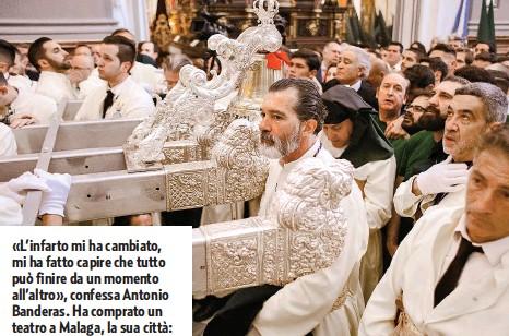 ??  ?? È MOLTO LEGATO ALLE TRADIZIONI Malaga (Spagna). Antonio Banderas, 59 anni, assiste alla processione della Maria Santissima delle lacrime e dei favori, durante la Settimana Santa, nella sua città natale. L'attore è molto legato alla propria terra dov'era anche tornato per girare la serie su Pablo Picasso, il concittadino più illustre. «Durante le processioni la gente è felice perché, anche se si celebra la passione di Cristo, c'è la resurrezione», ci aveva detto l'attore spagnolo.