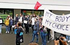 ??  ?? Mit Bannern und Megafon zogen Studierende zur Uni Luzern.