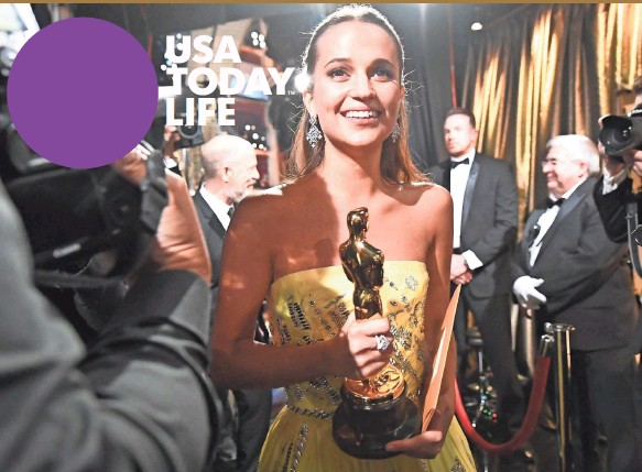 ?? ROBERT HANASHIRO, USA TODAY ?? Alicia Vikander heads backstage after winning best supporting actress for her performance in The Danish Girl Sunday night at the Dolby Theatre in Hollywood.