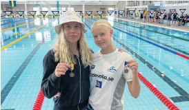 ?? Bild: Privat ?? Totalt blev det nio medaljer för Uddevallas simmartjejer. Till vänster Sofia Abrahamsson och bredvid henne Lina Nielsen.