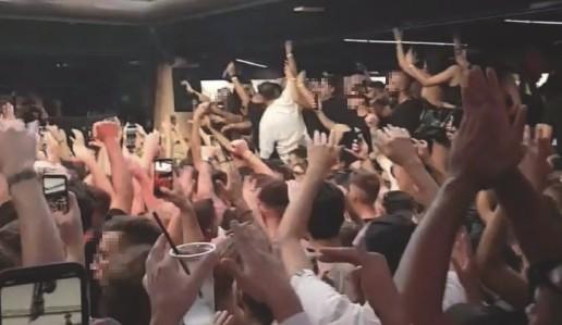 ??  ?? Il filmato Un frame del video che mostra la ressa di giovani (in piena emergenza Covid) all'interno della discoteca «Il Muretto» di Jesolo
