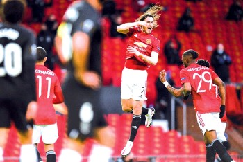 ??  ?? Manchester United's Uruguayan striker Edinson Cavani (C) celebrates after scoring the opening goal against Granada during the UEFA Europa league quarter final, second leg football match at Old Trafford stadium in Manchester. - AFP photo
