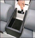 ??  ?? Sous l'accoudoir central, le vide-poche intègre une prise USB, comme dans une automobile.