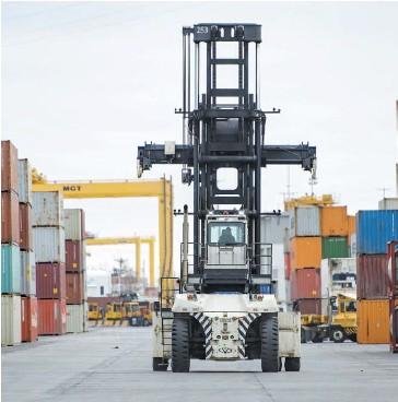 ?? PHOTO AGENCE QMI, JOËL LEMAY ?? Si certains ouvriers portuaires sont rentrés dans le rang en fin de journée, hier, d'autres veulent que des mesures sanitaires plus importantes soient mises en place.